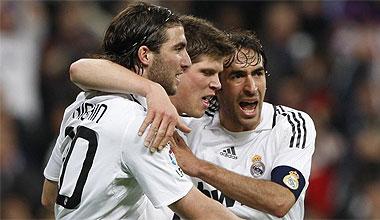 Ra�l celebra un gol con Higua�n y Huntelaar