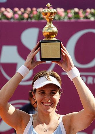 Mar�a Jos� Mart�nez posa con su trofeo de campeona en Bogot�.