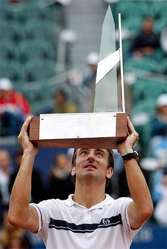 Tommy Robredocon el trofeo de campe�n del torneo de Buenos Aires.