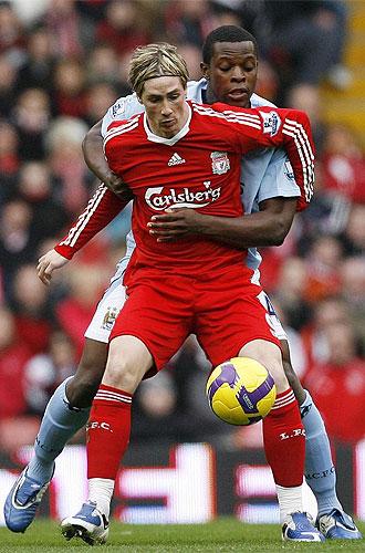 Torres protege el bal�n ante Nedum Onuoham, del Manchester City
