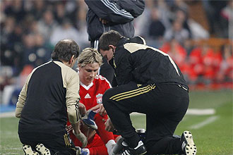 Fernando Torres es atendido en la banda del Bernab�u