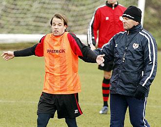 Carlos de la Vega, durante un entrenamiento del Rayo junto a su t�cnico Pepe Mel