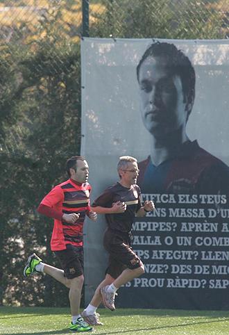 Andr�s Iniesta entren�ndose en la ciudad deportiva del Barcelona