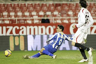 Omar Bravo dispara ante el Sevilla