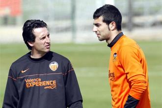 Emery charla con Albiol durante el entrenamiento.