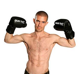 Gus Hansen posa con guantes de boxeo