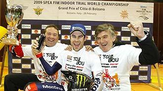 Toni Bou festeja con los miembros de su equipo el t�tulo mundial 'indoor'.