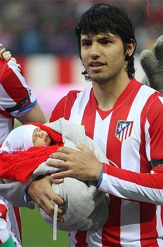Ag�ero posa con su hijo antes del partido
