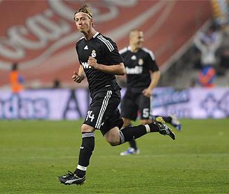 Guti celebra su gol de falta en Montjuic.
