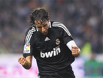 Ra�l celebra con rabia su gol en Montjuic.