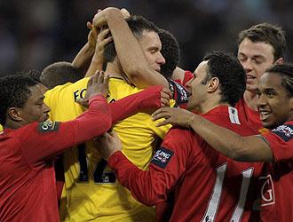 Ben Foster, meta del Manchester United, es felicitado por sus compañeros tras la conquista de la Carling Cup