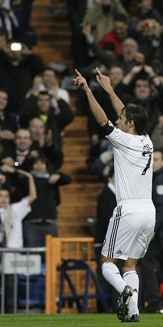 Ra�l celebra un gol en el Bernab�u.