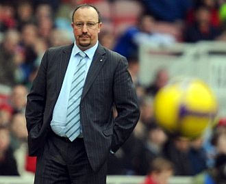 Rafa Ben�tez observa un partido del Liverpool.