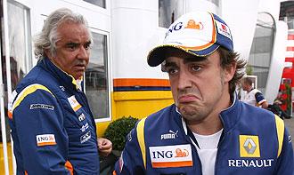 Flavio Briatore dialoga con Fernando Alonso durante el Gran Premio de Alemania de 2008.