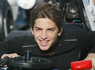 El piloto castellonense Roberto Merhi se sube a su monoplaza durante una carrera de 2008.
