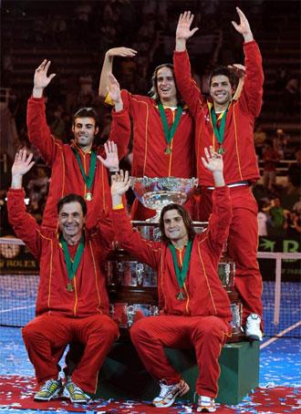 Fernando Verdasco, Feliciano López, David Ferrer, Marcel Granollers y Emilio Sánchez Vicario, con la Ensaladera de la Copa Davis 2009.