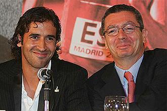Ra�l Gonz�lez junto al alcalde de Madrid, Alberto Ruiz-Gallard�n