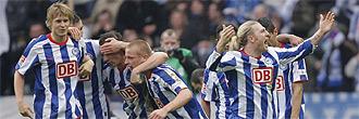 Los jugadores del Hertha de Berl�n celebran un gol