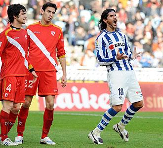 Abreu se lamenta, en presencia de Gallardo y Fali, de una de las muchas ocasiones falladas por la Real Sociedad ante el Sevilla Atlético
