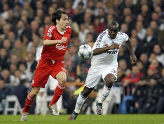 Lass Diarr� trata de cortar un avance de Benayoun en el partido de ida, jugado en Madrid.