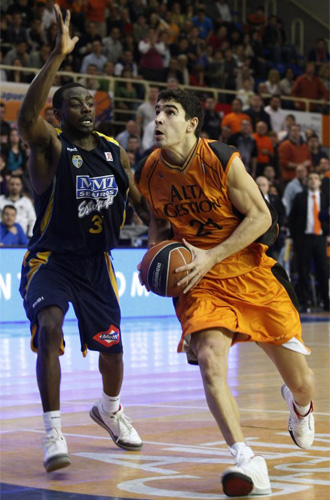 Sa�l Blanco penetra a canasta con el Fuenla.
