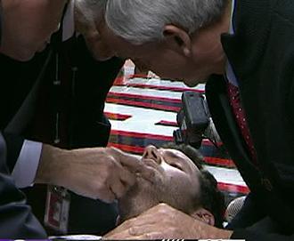 Rudy Fern�ndez siendo atendido tras su brutal ca�da