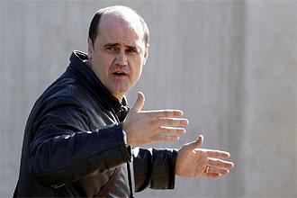 Fernando G�mez Colomer, vicepresidente deportivo del Valencia, gesticula durante un entrenamiento en Paterna