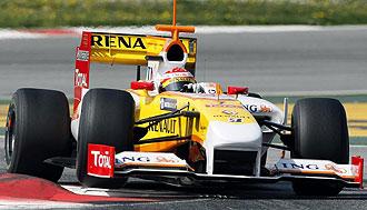 Fernando Alonso pilota su Renault R29 en el circuito de Montmel�.