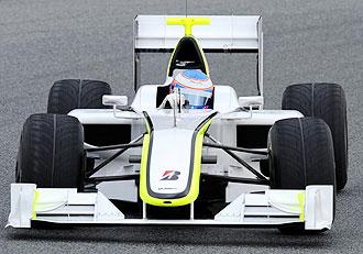 El piloto ingl�s Jenson Button pilota su nuevo Brawn en el circuito de Montmel�.