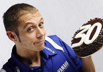 Valentino Rossi posa con la tarta que le prepar� Yamaha por su 30� cumplea�os.