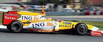 Fernando Alonso pilota su Renault R29 en la tercera jornada de los entrenamientos de Montmel�.