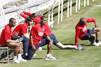 Sinama, Kun Aguero, Perea y Assun�ao, relajados tras el entrenamiento de recuperaci�n de los titulares en Oporto