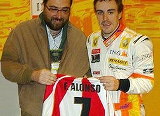 El vicepresidente Jordi Mir� le entrega a Fernando Alonso la camiseta del Girona con su nombre y el dorsal '7'