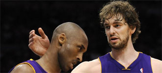 Pau y Kobe machacando