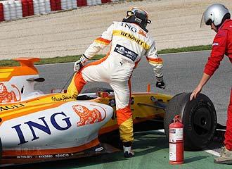 Alonso se baja de su R29, que se rompi� en la �ltima jornada de entrenamientos de Montmel�.