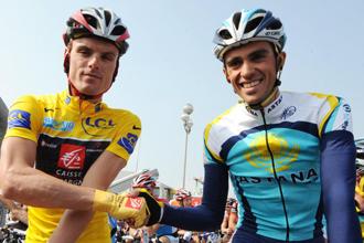 Luis León Sánchez y Alberto Contador se saludan antes de la última etapa de la París-Niza.