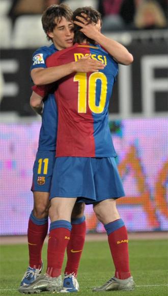 Bojan se abraza con Messi despu�s de cumplir su misi�n