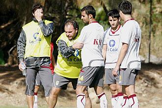 Javier Vidales da instrucciones a Nauzet en un entrenamiento de Las Palmas