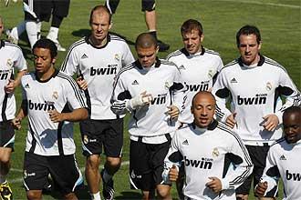 Los jugadores del Real Madrid realizan carrera continua al comienzo de la sesi�n preparatoria