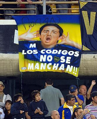 Pancarta en La Bombonera para apoyar a Riquelme y criticar a Maradona
