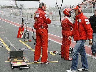 Michael Schumacher, en el 'pit' de Ferrari durante unos entrenamientos en Montmeló.