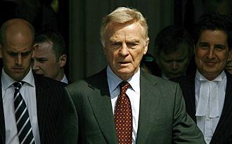 Max Mosley, presidente de la FIA, sale de la Corte Suprema de Londres en el mes de julio.