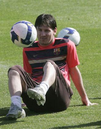 Messi se entretiene dando toques con el bal�n durante un entrenamiento