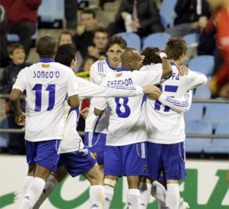Los jugadores del Zaragoza celebran un gol al Sevilla Atl�tico.
