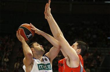 Felipe Reyes trata de tirar ante un jugador del Pamesa.