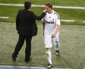 Juande saluda a Guti tras sustituirle.