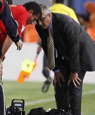 Gregorio Mazano se preocupa por Arango durante el partido.