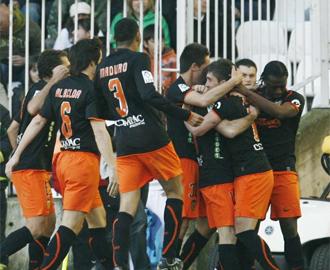Los jugadores del Valencia celebran el gol de Mata.