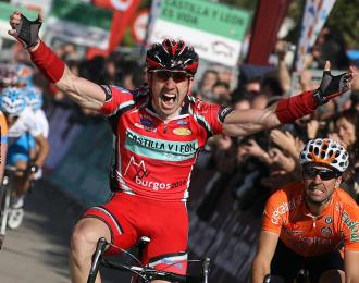 Sobrino celebra su victoria en la Vuelta a Castilla y León.