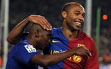 Etoo y Henry celebran un gol.